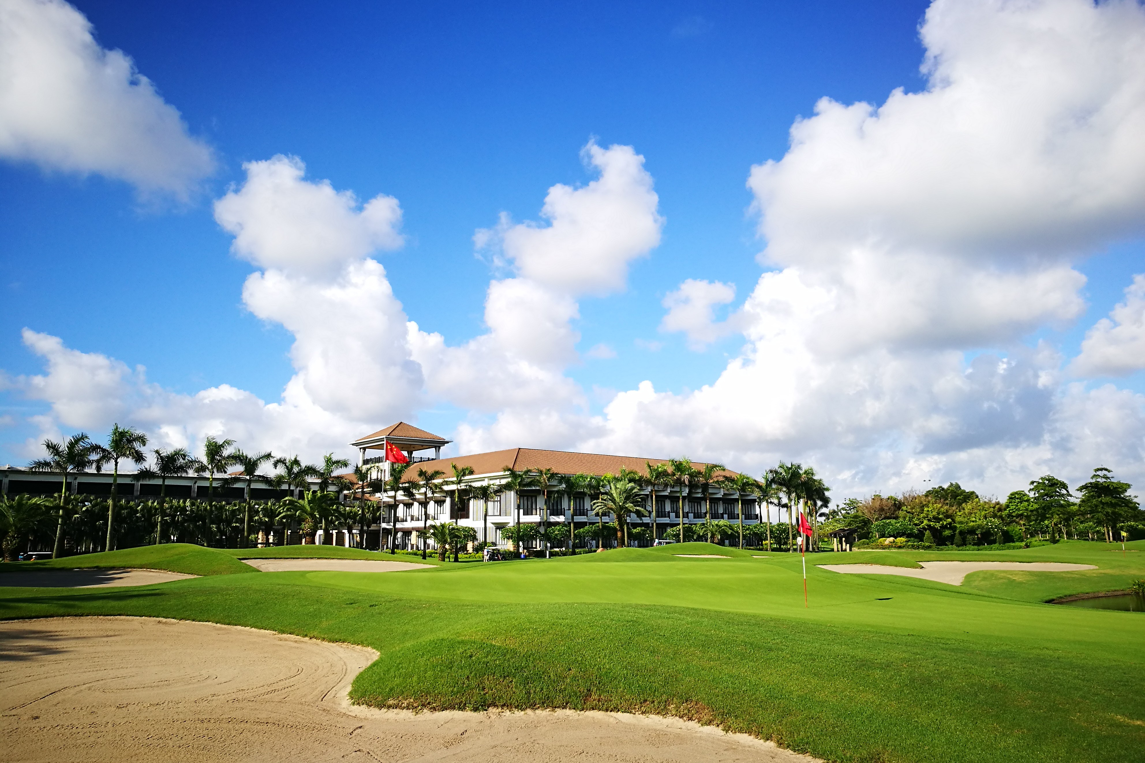 Zhuhai Golden Gulf Golf Club 18 Green and Clubhouse